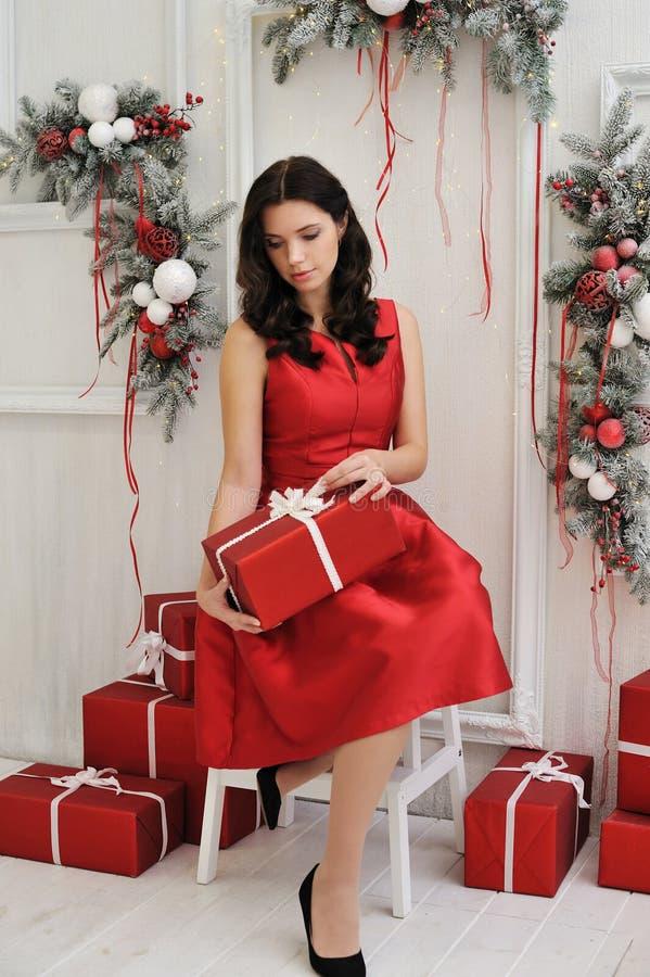 Attraktive junge Frau mit einem Weihnachtsgeschenk stockfoto