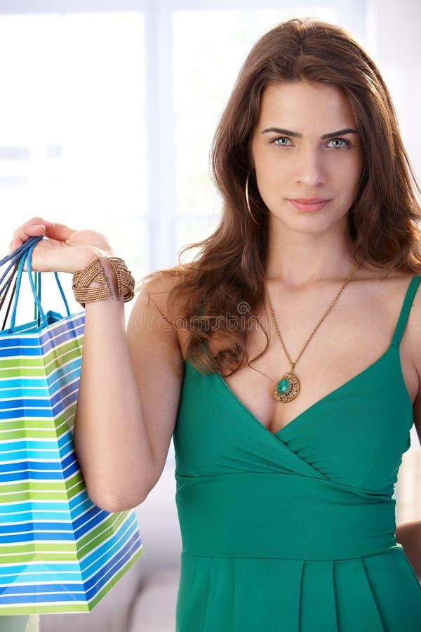 Attraktive junge Frau mit Einkaufstaschen stockbilder