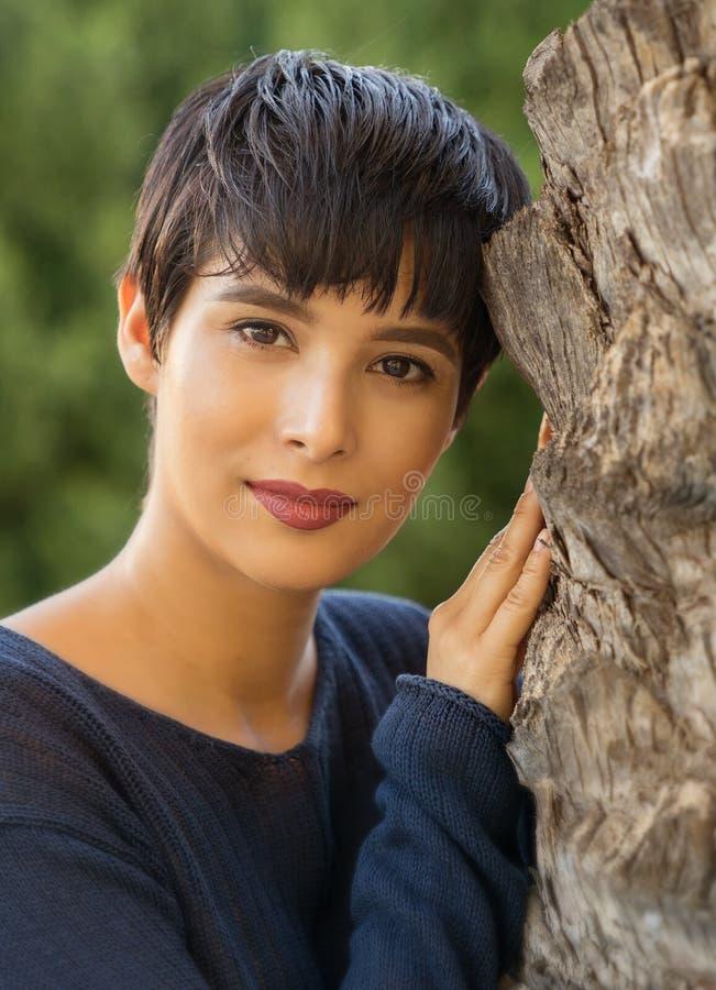 Attraktive junge Frau mit freundlichem Lächeln des kurzen stilvollen Haares stockfotos