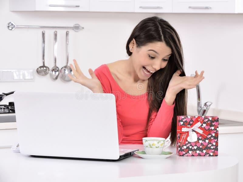 Attraktive junge Frau mit Geschenkkästen lizenzfreies stockbild