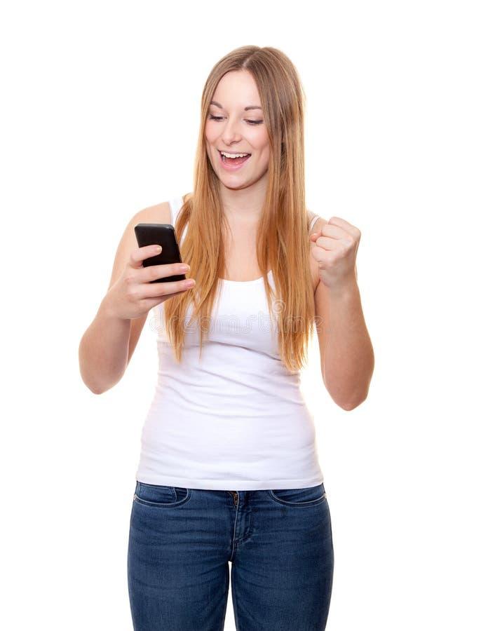 Attraktive junge Frau mit intelligentem Telefon lizenzfreies stockfoto