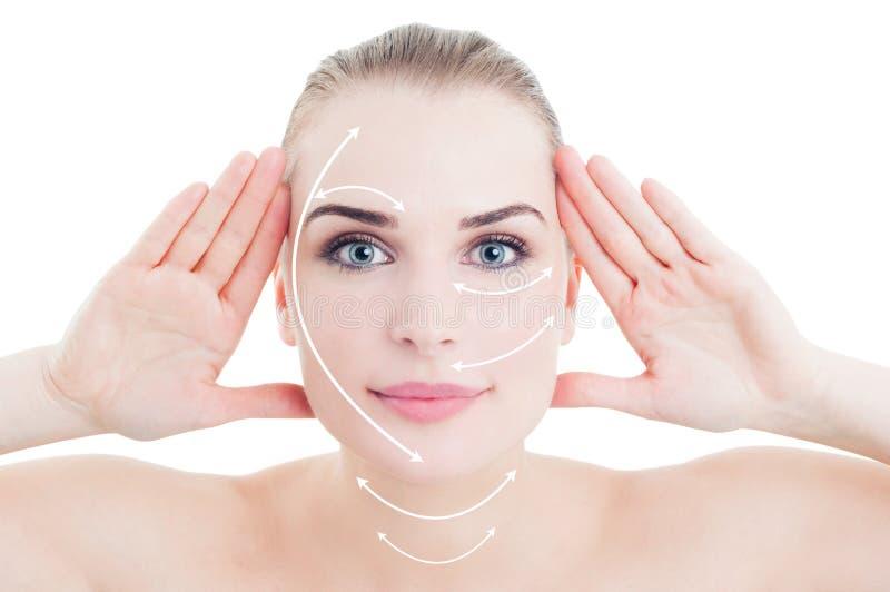 Attraktive junge Frau mit Pfeilkennzeichen auf ihrem Gesicht lizenzfreies stockfoto
