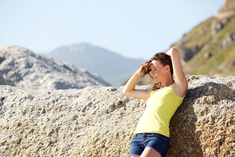 Attraktive junge Frau am Strand stockfotografie