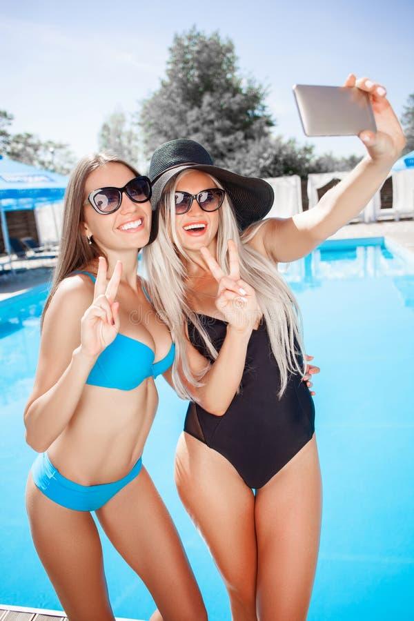 Attraktive junge Frauen fotografieren stockfotos