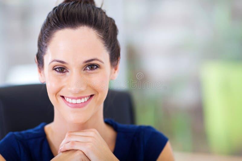 Attraktive junge Geschäftsfrau lizenzfreie stockfotos