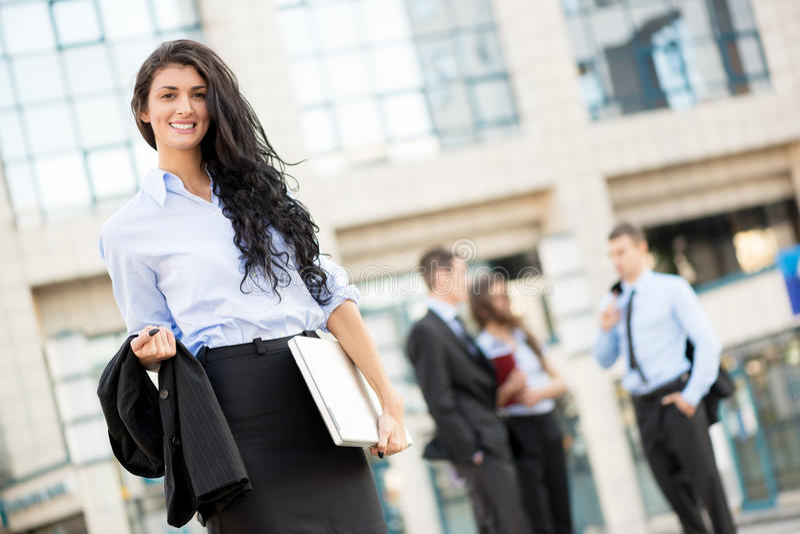 Attraktive junge Geschäftsfrau stockfoto