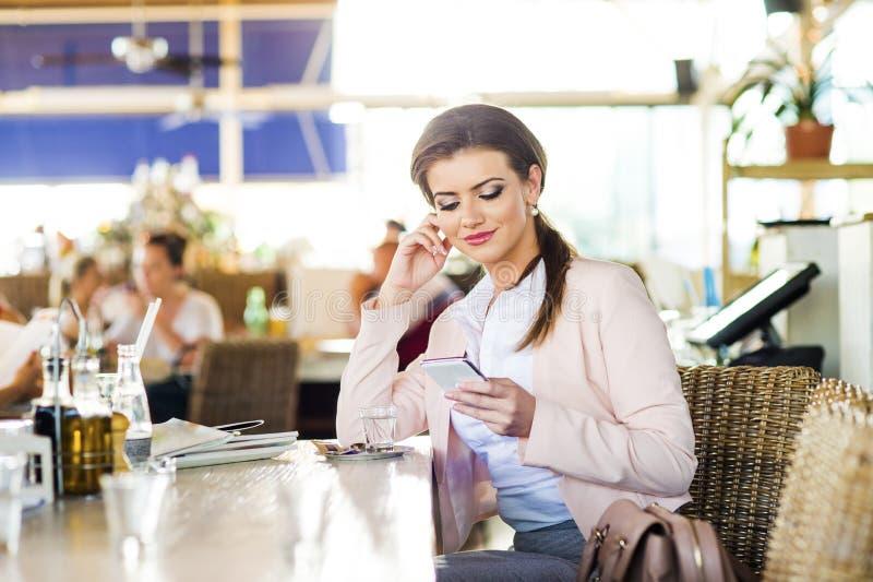 Attraktive junge Geschäftsfrau stockbilder