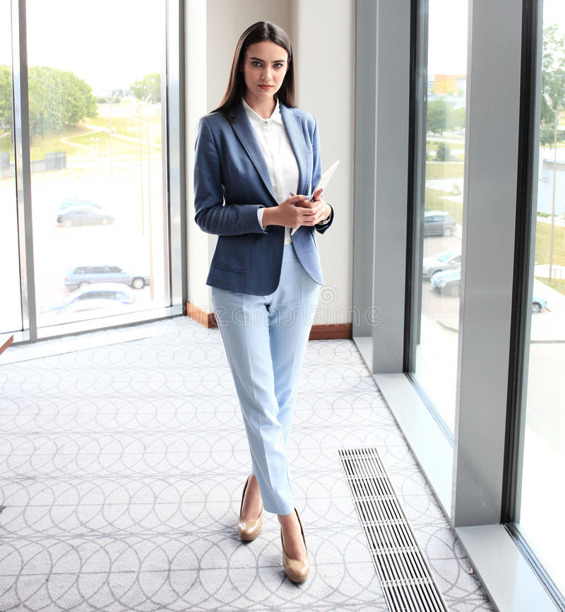 Attraktive junge Geschäftsfrau lizenzfreies stockbild