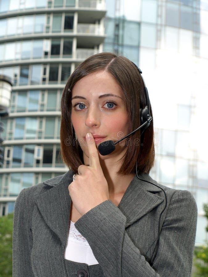 Attraktive junge Geschäftsfrau mit Kopfhörer stockfoto