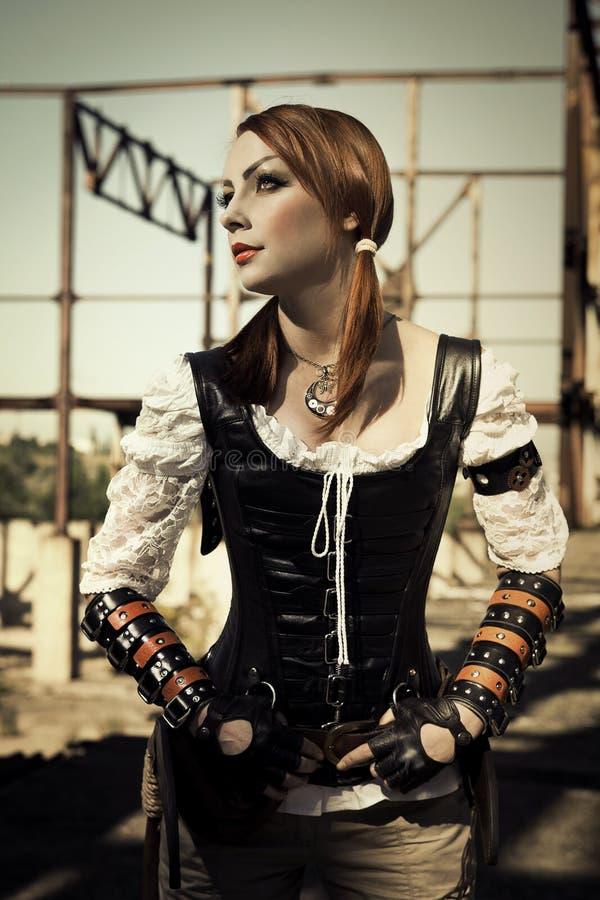 Attraktive Junge L Frau im Lederkorsett, das draußen aufwirft stockbild