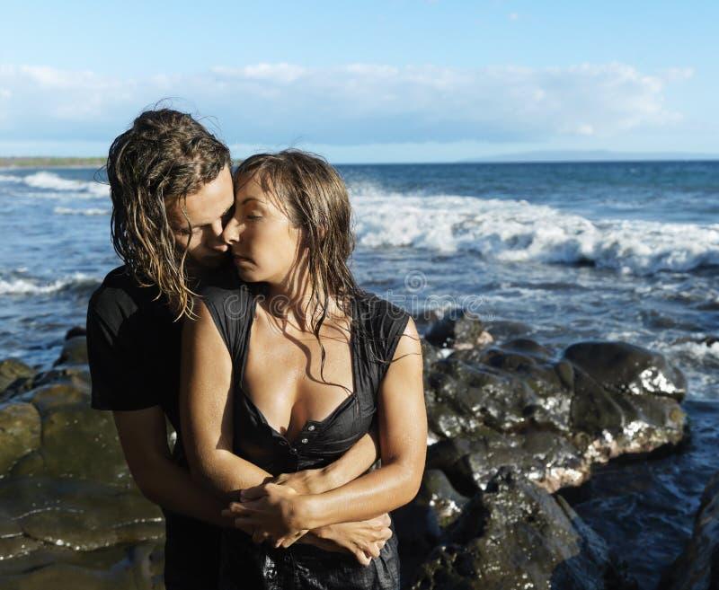 Attraktive junge Paar-Umfassung lizenzfreies stockbild