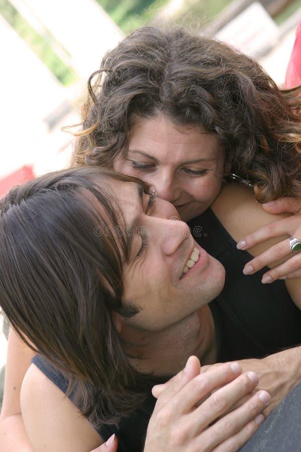 Attraktive junge Paare lizenzfreie stockfotos
