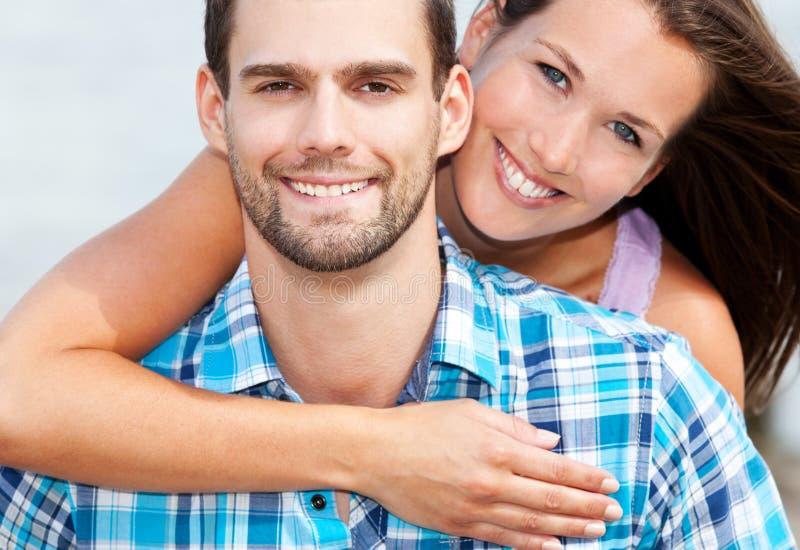 Attraktive junge Paare stockfotografie