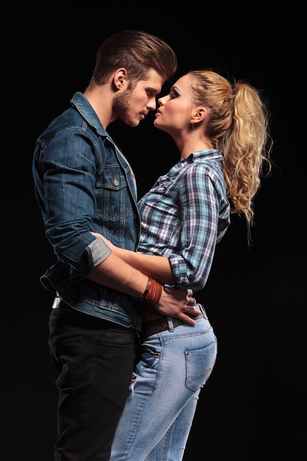Attraktive junge Paare, die sich halten lizenzfreie stockfotos
