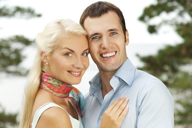 Attraktive junge Paare draußen lizenzfreies stockfoto