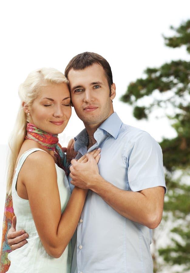Attraktive junge Paare draußen stockfoto
