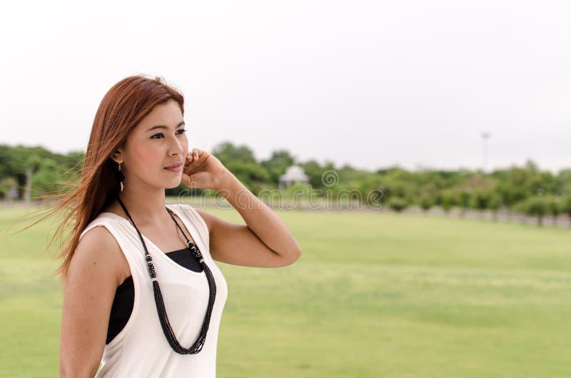 Rothaarige Asiatin