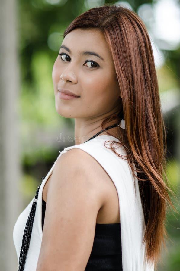 Attraktive junge Rothaarige Asiatin lizenzfreie stockfotos