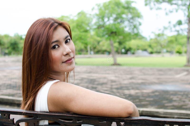 Attraktive junge Rothaarige Asiatin lizenzfreies stockbild