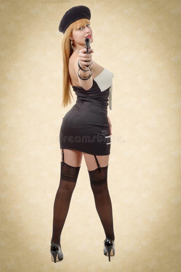 Attraktive junge sexy Frau mit einem Gewehr lizenzfreie stockfotografie