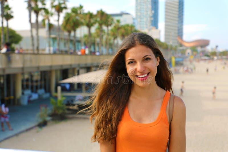 Attraktive lächelnde Stadtfrau, die ihre Freizeit in Barceloneta-Strand, Barcelona, Spanien genießt lizenzfreies stockfoto