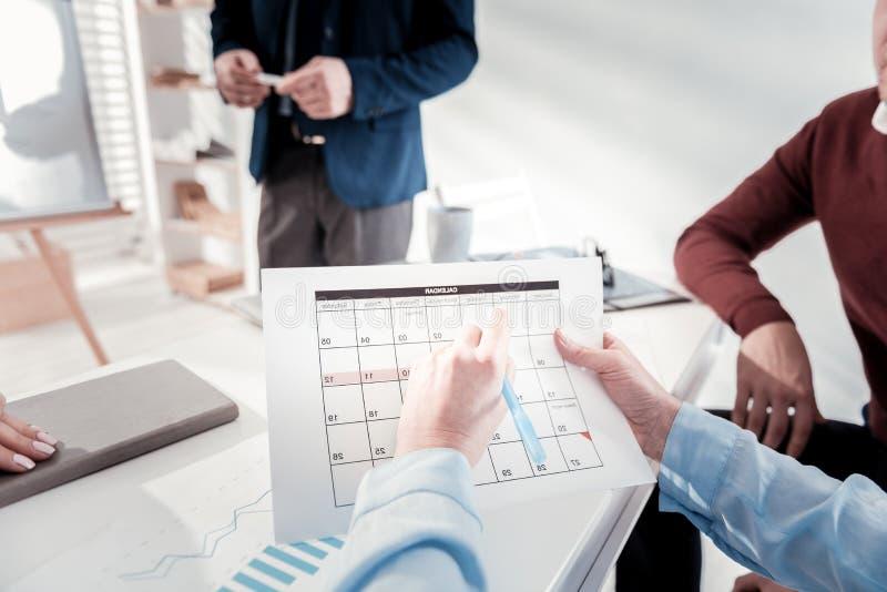 Attraktive männliche Hände, die herauf Kalender füllen lizenzfreie stockfotografie