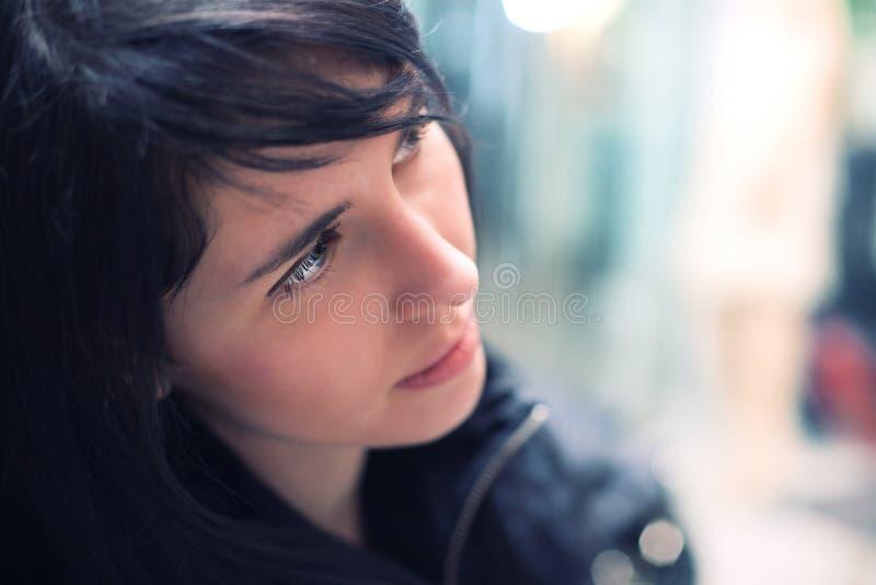 Attraktive melancholic Brunettefrau lizenzfreie stockfotos