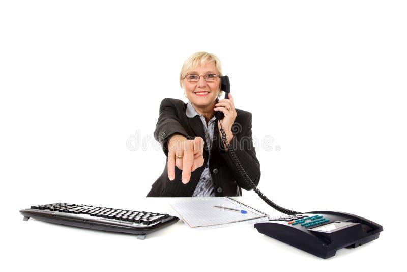 Attraktive mittlere gealterte Geschäftsfrau im Büro lizenzfreie stockbilder