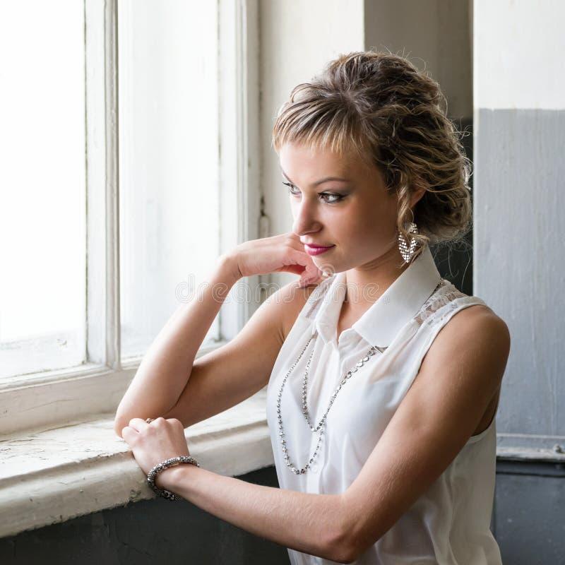 Attraktive moderne junge Frau lizenzfreie stockfotos