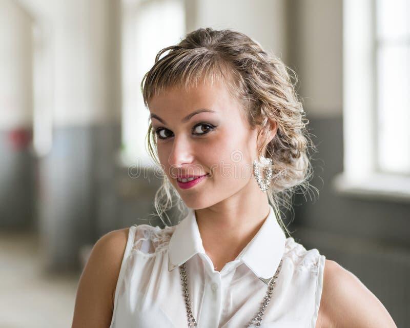 Attraktive moderne junge Frau stockbilder