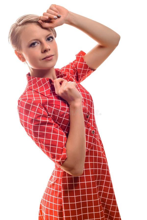 Attraktive modische junge Frau mit dem kurzen blonden Haar lizenzfreies stockbild