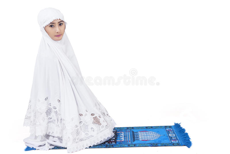 Attraktive Moslemische Frau Beten - Lokalisiert Lizenzfreie Stockfotos