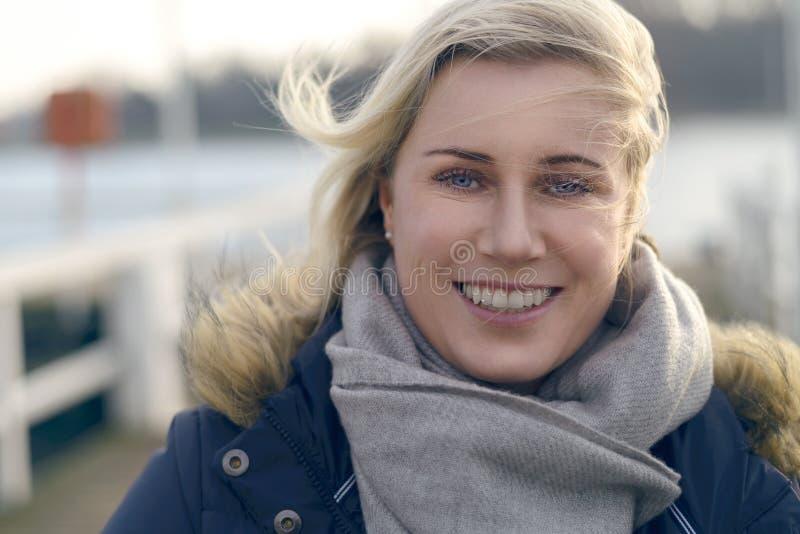 Attraktive natürliche blonde Frau draußen lizenzfreies stockbild