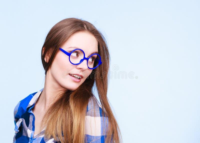 Attraktive nerdy Frau in den sonderbaren Gläsern lizenzfreie stockfotos