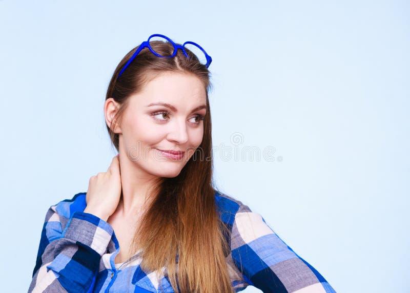 Attraktive nerdy Frau in den sonderbaren Gläsern auf Kopf lizenzfreie stockfotos