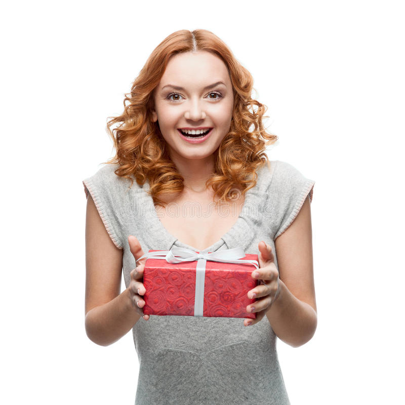 Attraktive nette Frau, die Geschenk hält stockbild
