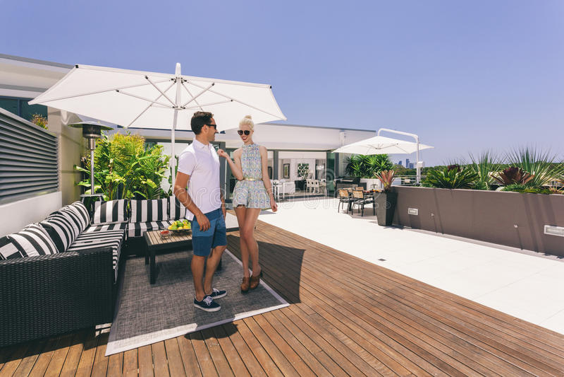Attraktive Paare auf Balkon lizenzfreies stockfoto