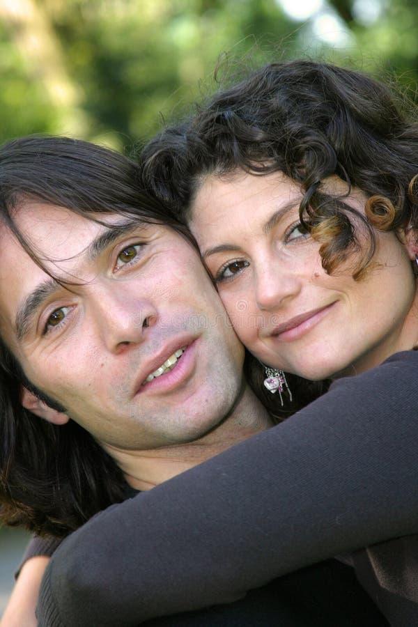Attraktive Paare in der Liebe stockbilder