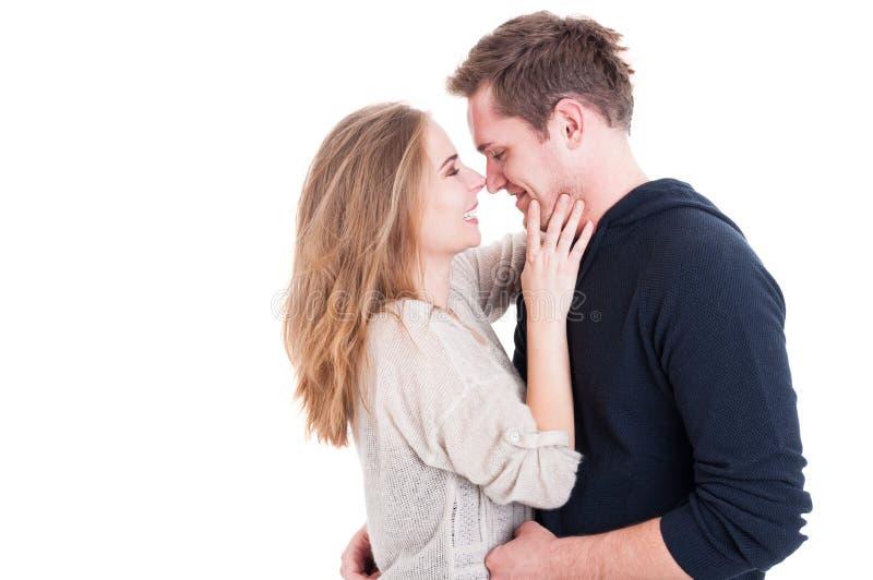 Attraktive Paare, die affektiv sind und glücklich schauen stockfotografie