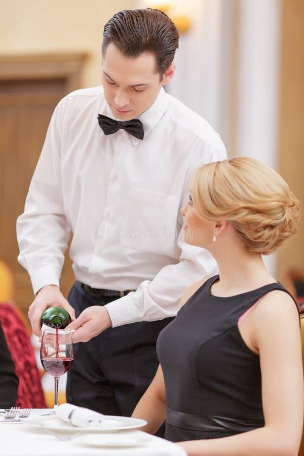 Attraktive Paare, die Luxusrestaurant besichtigen lizenzfreies stockbild