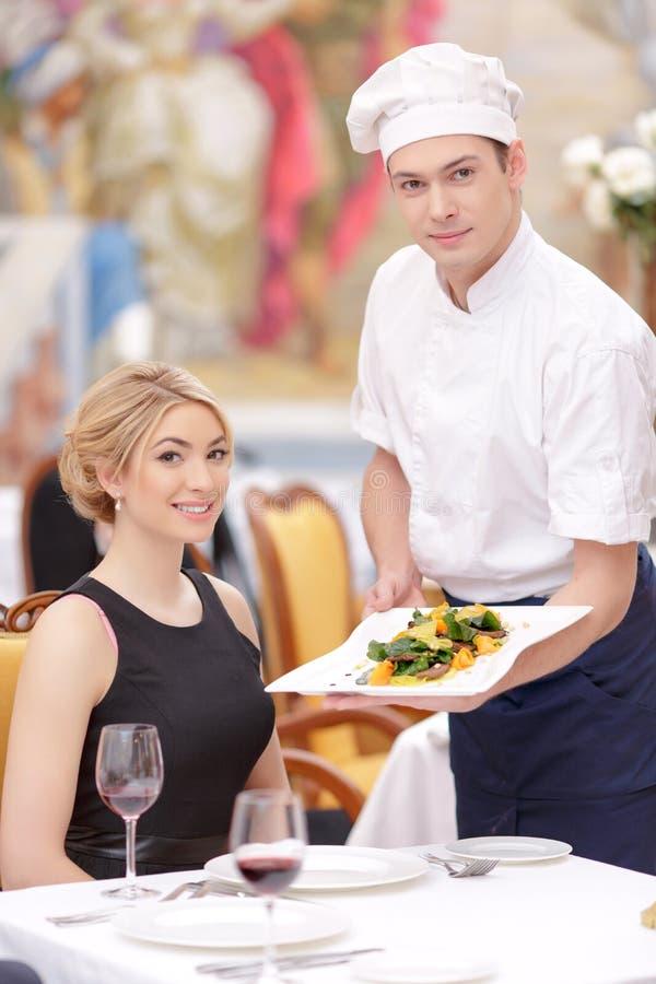 Attraktive Paare, die Luxusrestaurant besichtigen lizenzfreies stockfoto