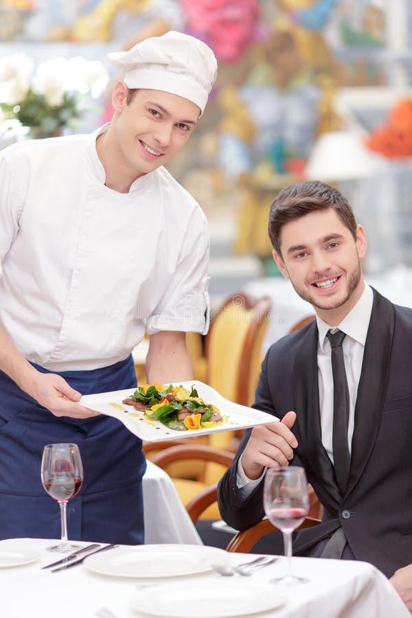 Attraktive Paare, die Luxusrestaurant besichtigen stockfoto