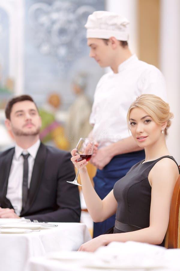 Attraktive Paare, die Luxusrestaurant besichtigen lizenzfreie stockfotografie