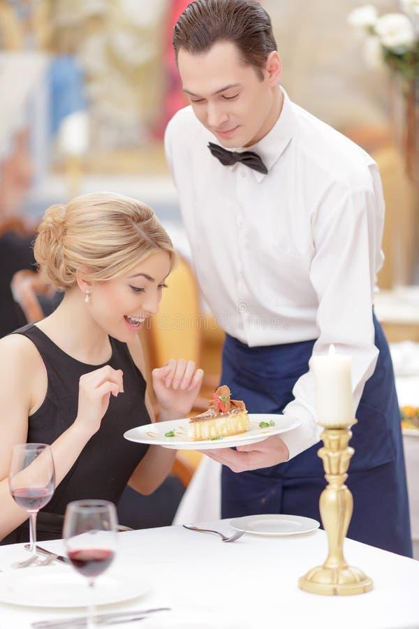 Attraktive Paare, die Luxusrestaurant besichtigen stockfotografie