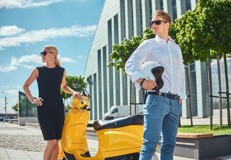 Attraktive Paare - hübscher stilvoller Kerl kleidete in einem weißen Hemd und in den Jeans und in tragendem Schwarzem der reizend lizenzfreie stockfotografie