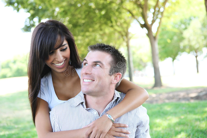 Attraktive Paare im Park stockfotografie