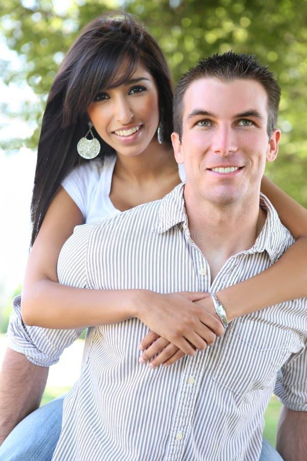 Attraktive Paare im Park (Fokus auf Mann) lizenzfreie stockfotografie