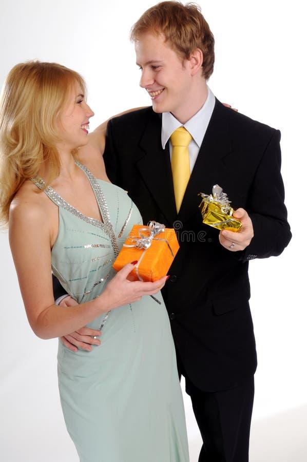 Attraktive Paare mit Geschenk lizenzfreies stockbild