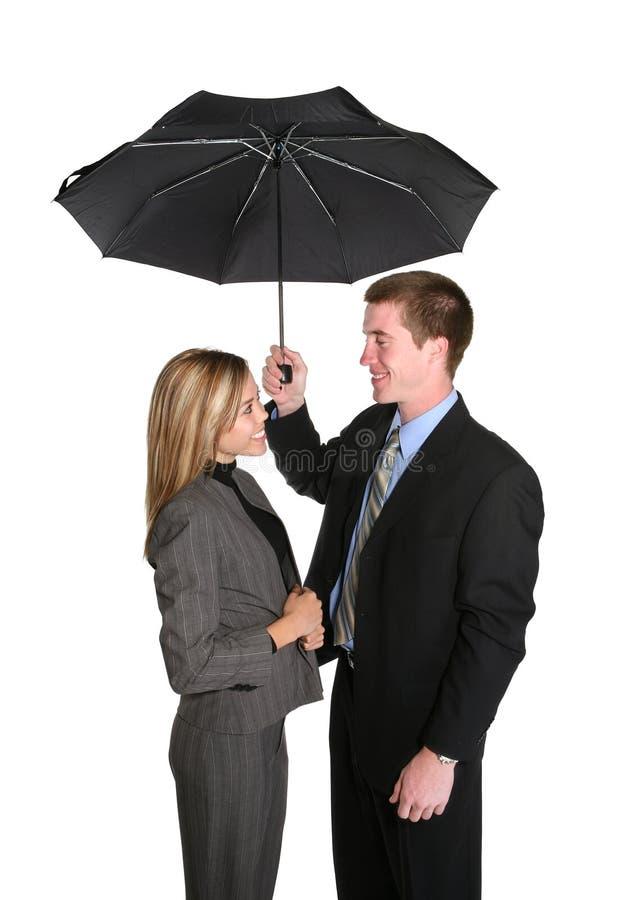 Attraktive Paare unter Regenschirm lizenzfreie stockbilder