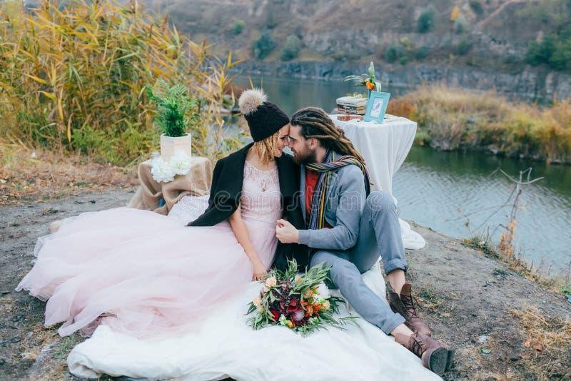 Attraktive Paarjungvermählten lachen und lächeln glücklicher und froher Moment Herbsthochzeitszeremonie draußen Stilvolle Braut u stockbilder